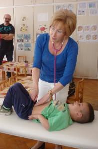játékos gyermekorvosi vizsgálat